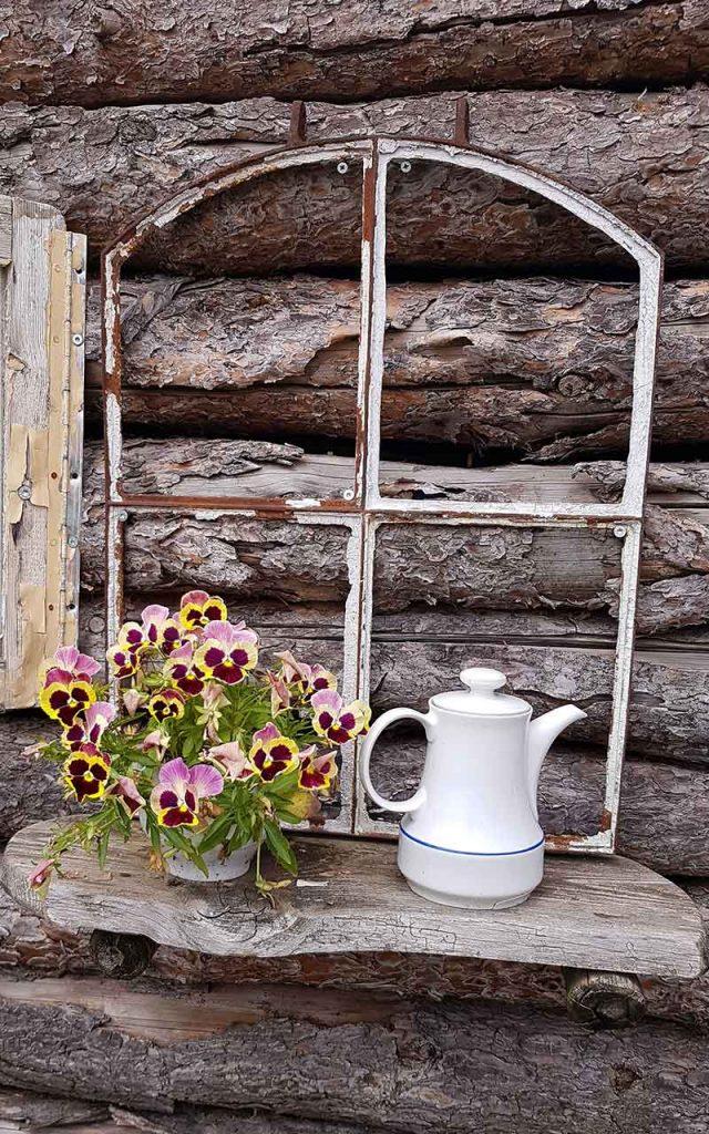 Upycycling Idee | Fenster mit Regal und Blumentopf