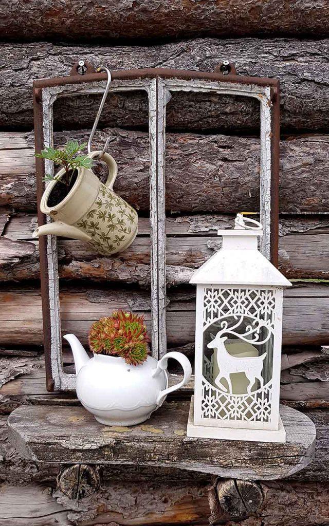 Upycycling Idee | Fenster mit Regal und Kannen als Blumentöpfen